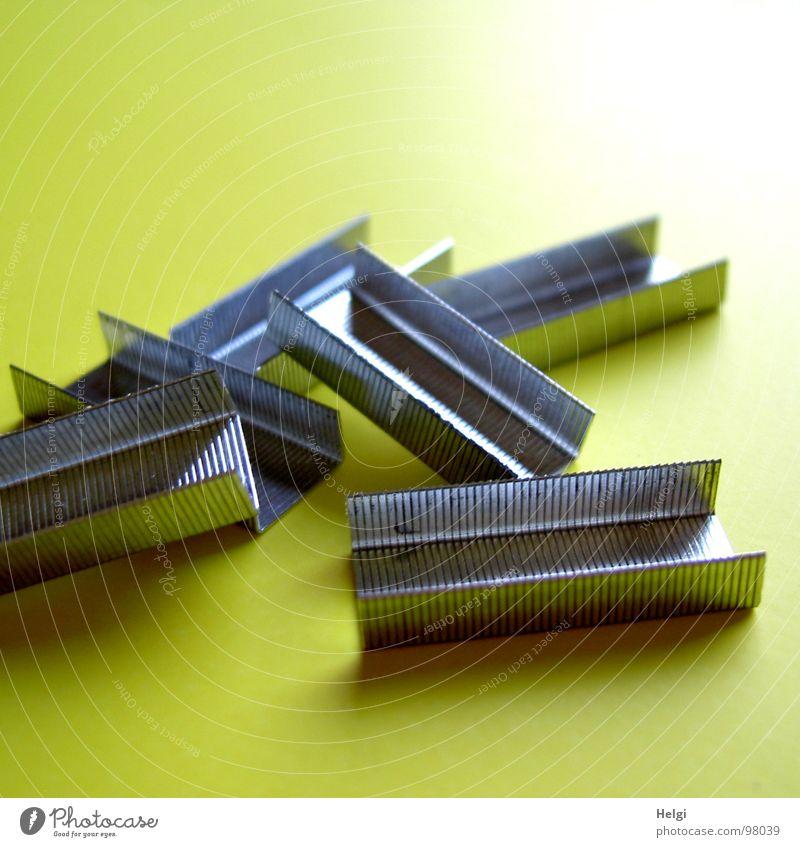 heften... grün gelb klein Metall Arbeit & Erwerbstätigkeit liegen mehrere Scharfer Gegenstand viele festhalten Zusammenhalt Bildung Schreibtisch Ladengeschäft Arbeitsplatz silber