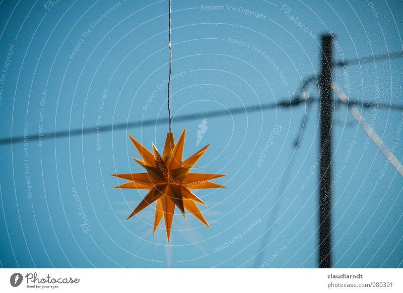 Ein Stern am Himmel hängt Weihnachten & Advent Wolkenloser Himmel Winter Schönes Wetter Kunststoff blau gelb Herrnhuter Stern Stern (Symbol) Strommast Farbfoto