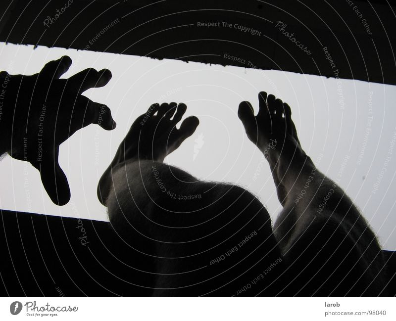 put ya feet in the air Hand weiß schwarz Fenster Fuß Denken Regen Langeweile