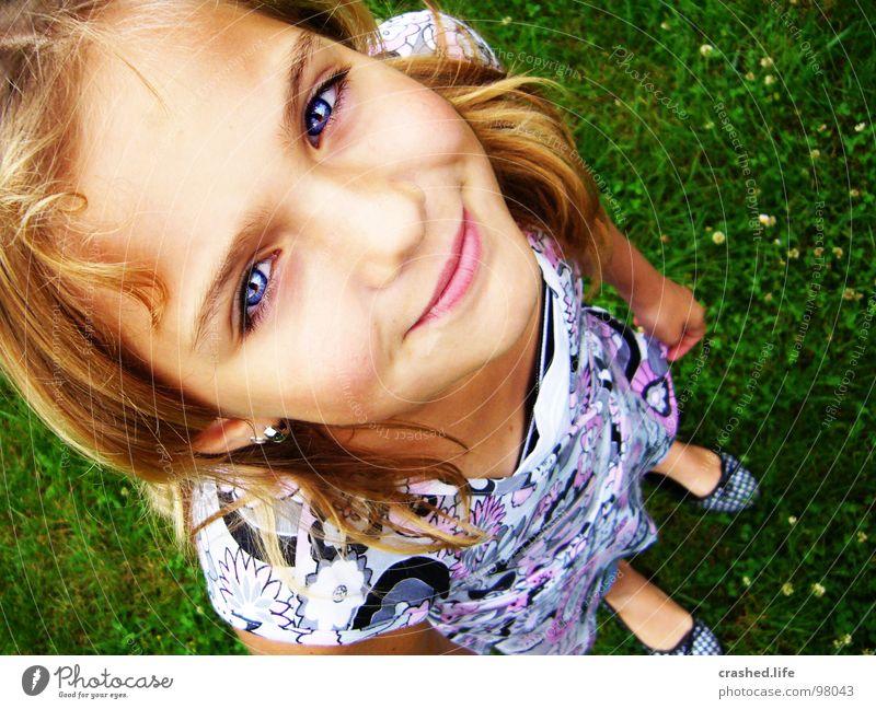 Griiiiins Mädchen Fröhlichkeit grün blond Stirn Top T-Shirt träumen Blick Freude Kind Jugendliche Janina Haare & Frisuren lachen Auge Nase Erde grinsen