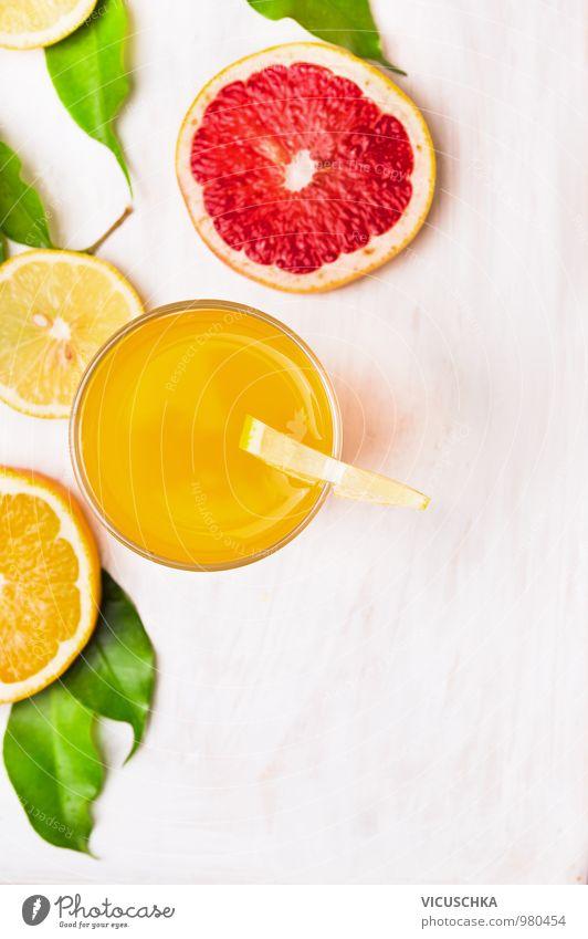 Glas Orangensaft mit Scheiben von Zitrusfrüchte Lebensmittel Frucht Ernährung Getränk Erfrischungsgetränk Saft Stil Design Gesunde Ernährung Garten Küche Natur