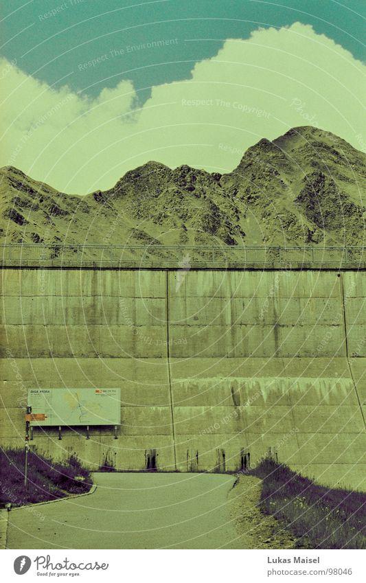 Berge sind Gesteine Himmel Sommer Wolken Berge u. Gebirge Stein Wege & Pfade See Landschaft Graffiti Schilder & Markierungen Beton Tourismus Schweiz Staumauer Stausee Wasserkraftwerk