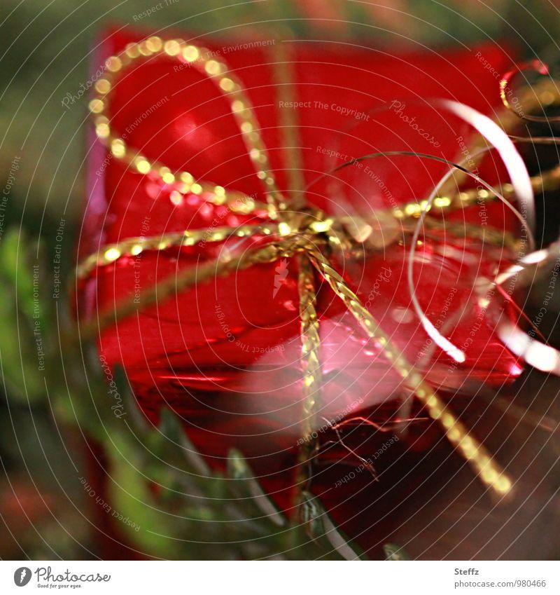 ein Geschenk wartet schon.. Weihnachten & Advent rot Feste & Feiern Stimmung glänzend Dekoration & Verzierung elegant gold Fröhlichkeit Geschenk Neugier Überraschung Weihnachtsbaum Vorfreude Weihnachtsdekoration Weihnachtsgeschenk
