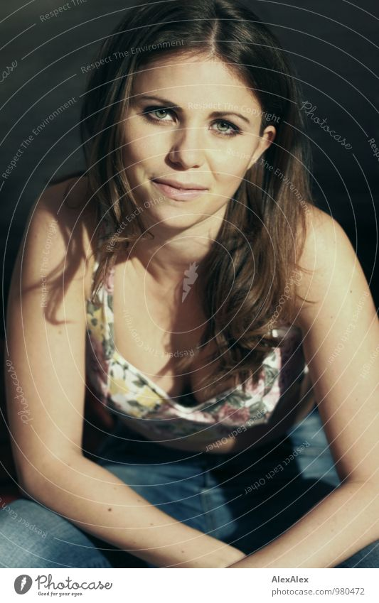 Frollein Mimi! Junge Frau Jugendliche Haare & Frisuren Gesicht 18-30 Jahre Erwachsene Künstler Jeanshose Top brünett langhaarig Locken beobachten Kommunizieren