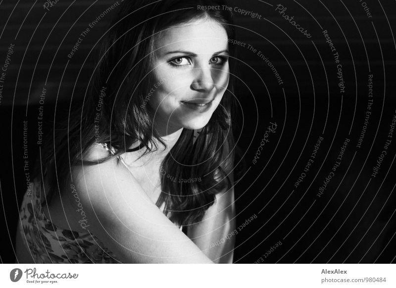Mimi! Raum Junge Frau Jugendliche Gesicht Schulter 18-30 Jahre Erwachsene Künstler Top brünett langhaarig Locken Schattenspiel beobachten Kommunizieren Lächeln