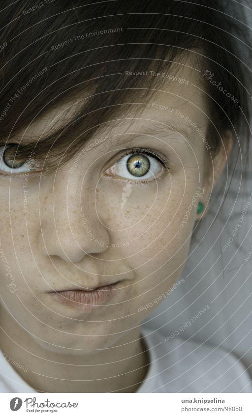cheeky Gesicht Junge Junge Frau Jugendliche Erwachsene Auge Nase Mund Ohrringe frech grün Sommersprossen Stubsnase kulleräugig Farbfoto Porträt Gesichtsausdruck