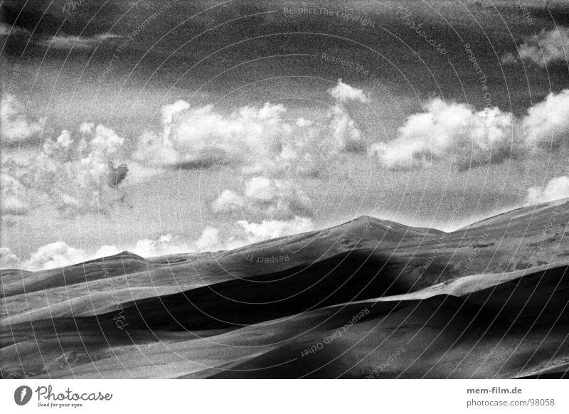 wüstenwolken 1 Natur Himmel blau Ferien & Urlaub & Reisen Wolken Straße dunkel Freiheit Regen Zufriedenheit trist USA Wüste Amerika Richtung Gewitter