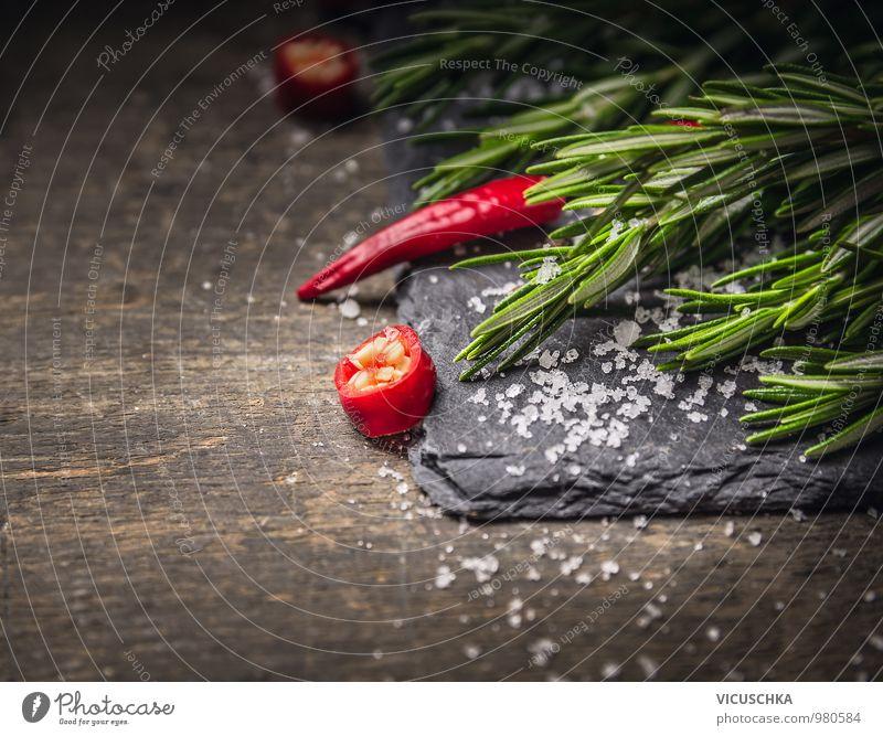 Rosmarin und Chili mit Salz auf dunkler Schiefer Natur Gesunde Ernährung Leben Stil Speise Hintergrundbild Garten Lebensmittel Foodfotografie Design