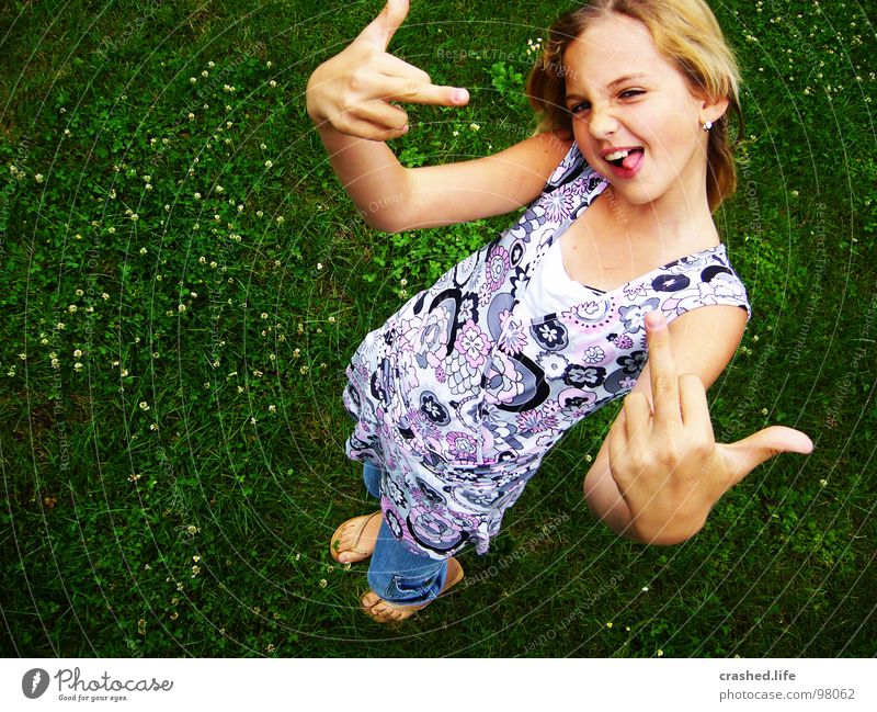 Hey du! Kind Jugendliche grün Gesicht lachen Körperhaltung Kleid Hinterteil Hose böse frech Zunge Flipflops Mittelfinger