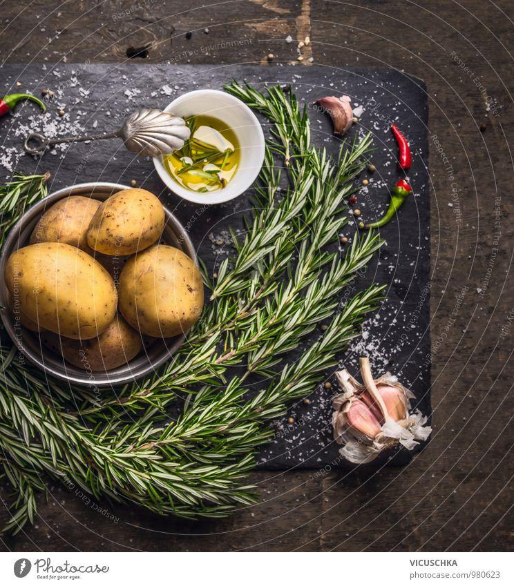 Rosmarin Kartoffeln Zubereitung mit Öl, Knoblauch und Gewürzen Natur Gesunde Ernährung Stil Lebensmittel Wohnung Design Küche Kräuter & Gewürze Gemüse Zweig