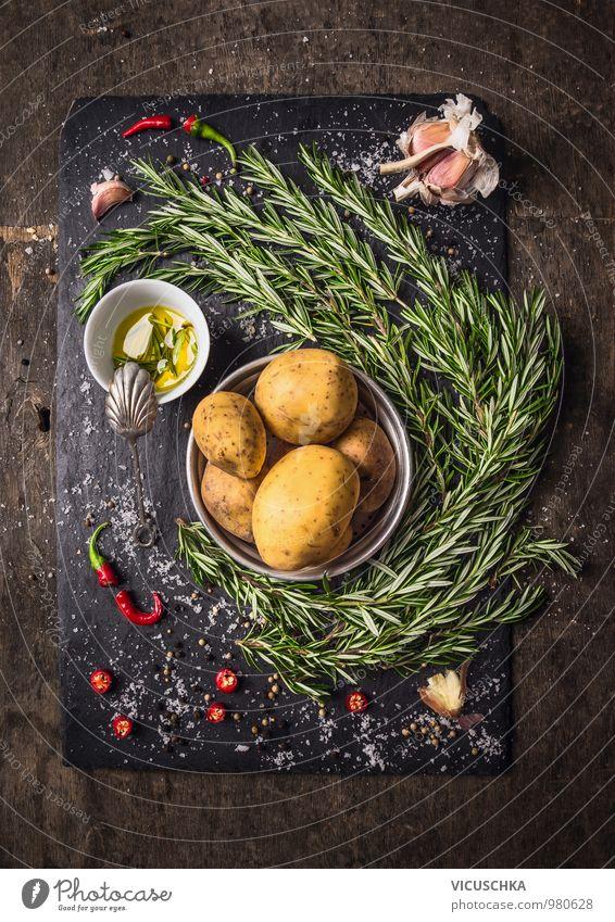 Zutaten für Rosmarinkartoffeln mit Gewürzen und Öl Lebensmittel Gemüse Kräuter & Gewürze Ernährung Festessen Bioprodukte Vegetarische Ernährung Diät Stil Design