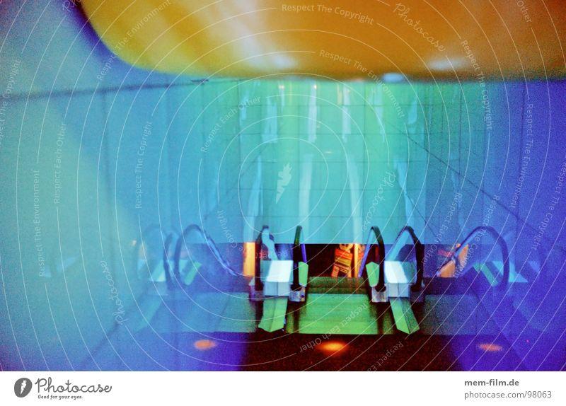 go! stoppen Grad Celsius Rolltreppe Maschine Verkehrsmittel Lichteinfall Passkontrolle Ablehnung abgelehnt unterirdisch Flughafen Farbe escalator