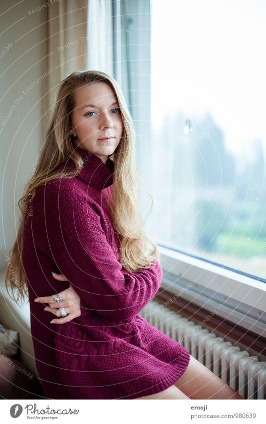 leela feminin Junge Frau Jugendliche 1 Mensch 18-30 Jahre Erwachsene Pullover langhaarig schön violett Traurigkeit Denken Farbfoto Innenaufnahme Tag