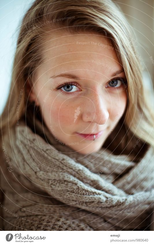 * feminin Junge Frau Jugendliche Gesicht 1 Mensch 18-30 Jahre Erwachsene einzigartig Farbfoto Innenaufnahme Tag Schwache Tiefenschärfe Porträt