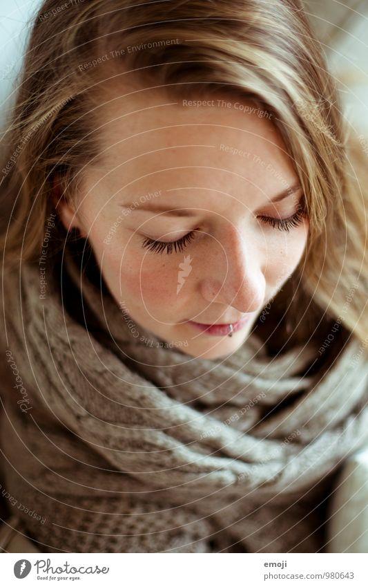 sensual feminin Junge Frau Jugendliche Gesicht 1 Mensch 18-30 Jahre Erwachsene schön Farbfoto Innenaufnahme Tag Schwache Tiefenschärfe Vogelperspektive Porträt