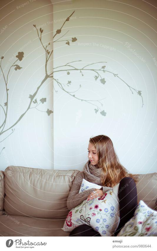 leaves feminin Junge Frau Jugendliche 1 Mensch 18-30 Jahre Erwachsene Mauer Wand kuschlig Sofa Farbfoto Innenaufnahme Textfreiraum oben Hintergrund neutral Tag