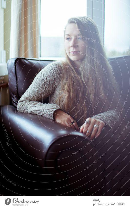 gemütlich. feminin Junge Frau Jugendliche 1 Mensch 18-30 Jahre Erwachsene Sofa schön Farbfoto Innenaufnahme Tag Schwache Tiefenschärfe Porträt