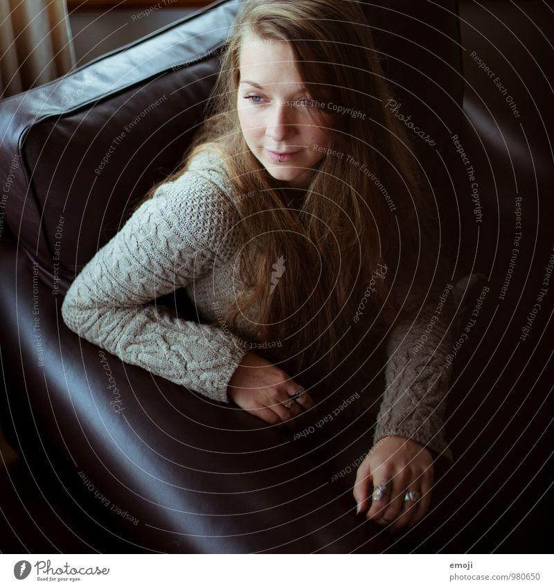 Leder feminin Junge Frau Jugendliche 1 Mensch 18-30 Jahre Erwachsene brünett langhaarig schön Erotik Farbfoto Innenaufnahme Tag Low Key Schwache Tiefenschärfe