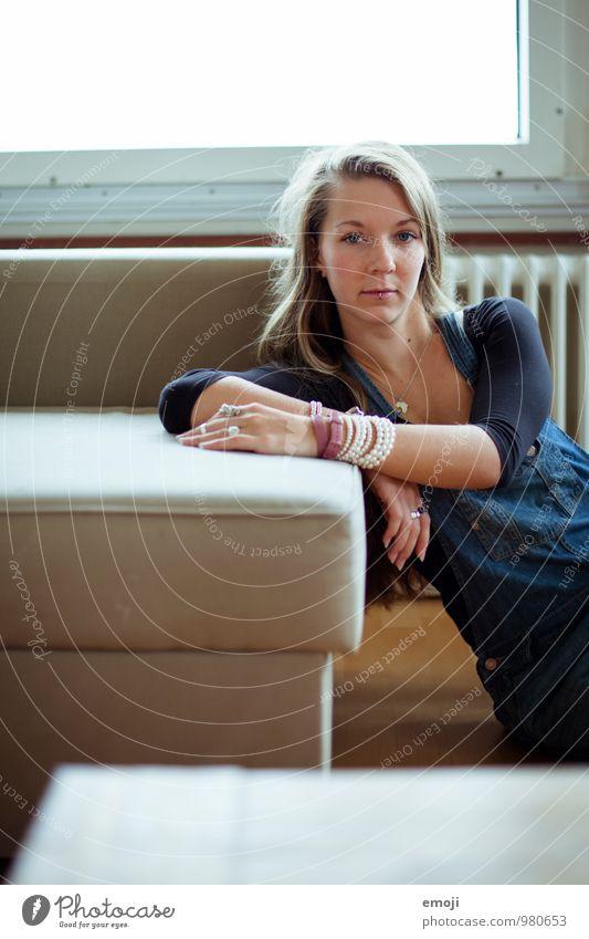 Zuhause feminin Junge Frau Jugendliche 1 Mensch 18-30 Jahre Erwachsene langhaarig schön Farbfoto Innenaufnahme Tag Oberkörper Blick in die Kamera