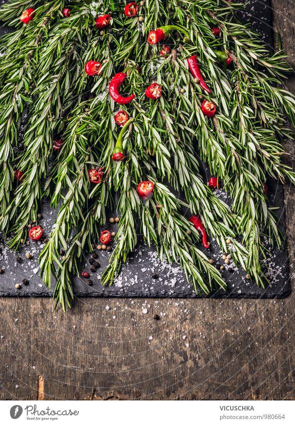 Rosmarin und gehackte rote Chili mit Gewürzen und Salz grün schwarz Gesunde Ernährung dunkel Stil Garten Lebensmittel Foodfotografie Design Scharfer Geschmack
