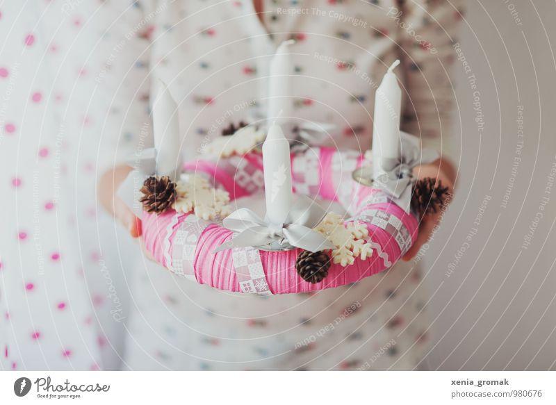 Adventskranz Mensch Weihnachten & Advent weiß ruhig Freude Winter Gefühle Feste & Feiern Stimmung rosa Dekoration & Verzierung Geburtstag ästhetisch Warmherzigkeit Hochzeit Kerze
