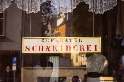 Das Retro-Schneiderlein Fenster retro Reparatur Schneidern Schneiderei Schilder & Markierungen Gardine Schaufenster Nähen Reflexion & Spiegelung