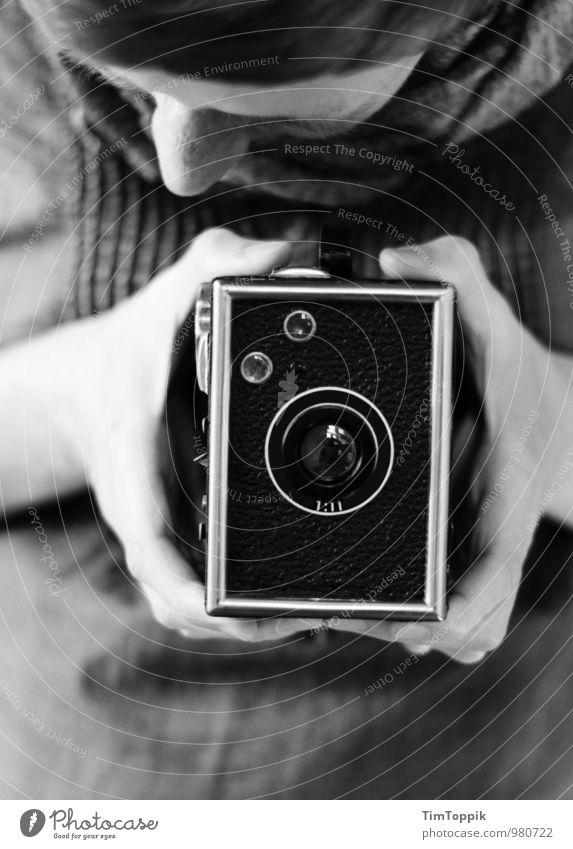 Im Kasten feminin Frau Erwachsene 1 Mensch 30-45 Jahre Blick Fotografie Fotografieren Fotokamera altehrwürdig retro Schwarzweißfoto Hand Sucher Mittelformat
