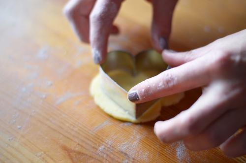 backen mit Herz Hand feminin Lebensmittel Ernährung Finger lecker Backwaren Teigwaren minimalistisch Rest roh Plätzchen Weihnachtsgebäck stechen herzförmig