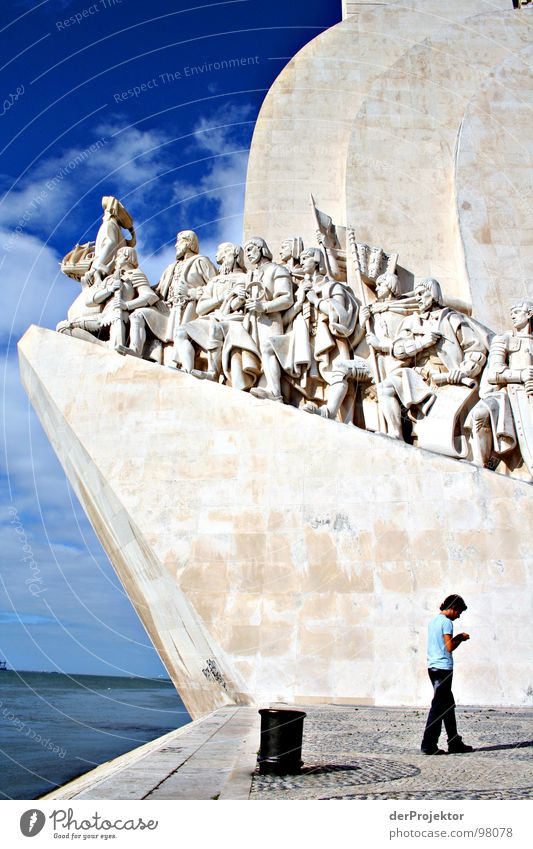 Gegenläufig Mensch blau Stein Denkmal historisch Wahrzeichen Portugal Seemann Lissabon Seeweg
