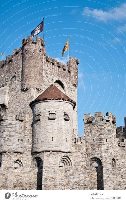 Belgisches Rapunzelgemäuer Himmel Burg oder Schloss alt eckig blau Burgturm Burgmauer Mittelalter Gent Belgien Fahne Außenaufnahme Menschenleer
