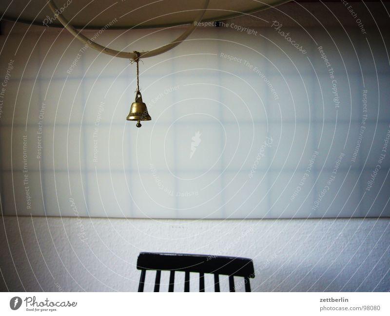 Küche Lampe Glocke Wand leer Menschenleer Trauer Verzweiflung Häusliches Leben Möbel Stuhl stuhllehne Fliesen u. Kacheln Fuge