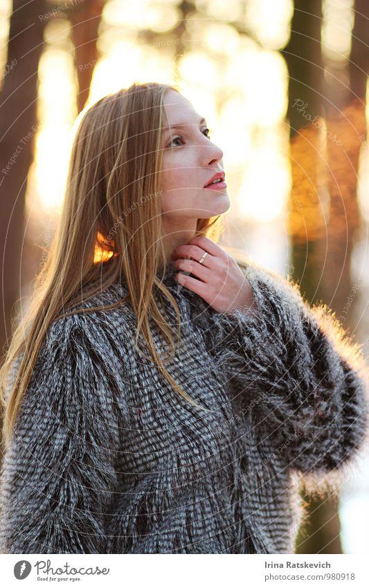 Mensch Frau Jugendliche schön Junge Frau Freude 18-30 Jahre kalt Erwachsene Leben Gefühle Glück Freiheit Stimmung Mode träumen