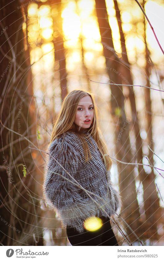 Mensch Jugendliche schön Junge Frau 18-30 Jahre Wald Erwachsene Gefühle Haare & Frisuren Stimmung Mode Körper Bekleidung Schönes Wetter dünn Pelzmantel