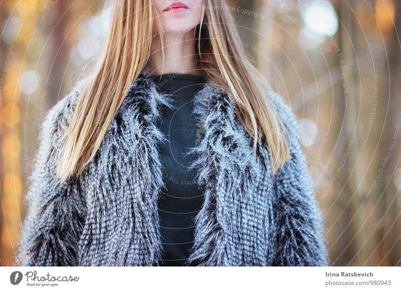 Mode Junge Frau Jugendliche Haare & Frisuren Lippen 1 Mensch 18-30 Jahre Erwachsene Schönes Wetter Wald Bekleidung Mantel Pelzmantel Fell blond Fitness genießen