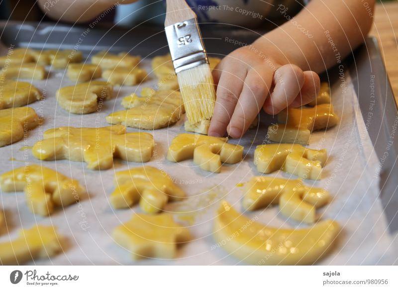 engelbäcker Mensch Kind Weihnachten & Advent Hand gelb Lebensmittel Kindheit Ernährung Kochen & Garen & Backen Finger süß festhalten streichen Süßwaren Engel Kleinkind