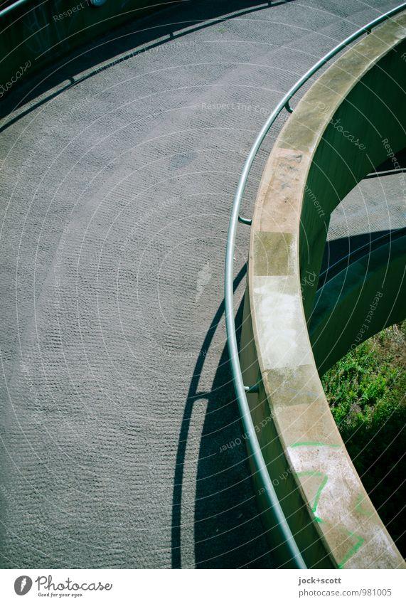 Abfahrt Sommer Gras Charlottenburg Brücke Personenverkehr Brückengeländer Beton Streifen Halbkreis Spirale dreckig hässlich hoch modern oben trist grau