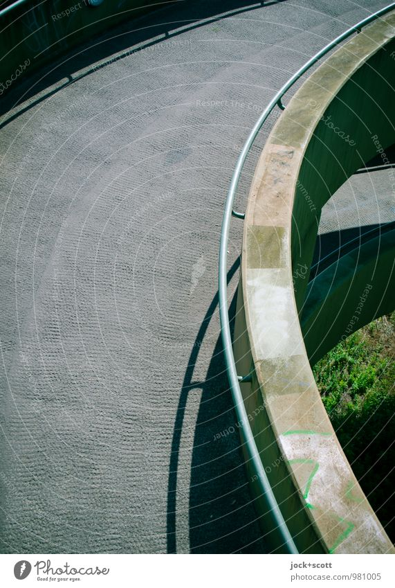 Abfahrt Sommer Gras Wege & Pfade grau oben dreckig trist modern Perspektive hoch Beton Streifen Brücke Sicherheit Netzwerk Brückengeländer