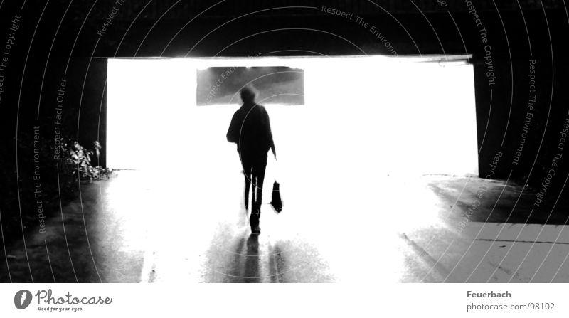Am Ende des Tunnels... wird es wieder dunkel. Schwarzweißfoto Außenaufnahme Licht Schatten Kontrast Gegenlicht Langzeitbelichtung Mensch Regen Fußgänger