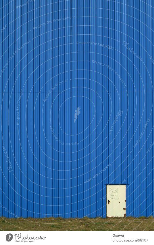 Kommse rein könnse rausgucken weiß Gebäude Gewerbe Wand Blech Wellblech Trapezblech Stahl Fassade Eingang Ausgang Fluchtweg Industrie blau Lagerhalle Tür Metall