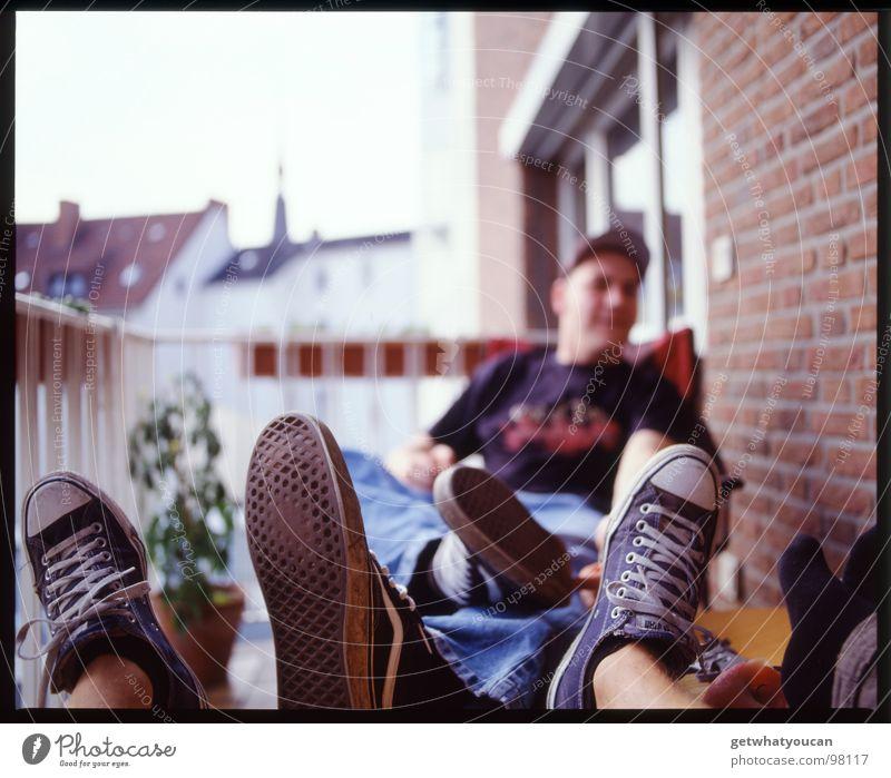 Schlechte Manieren Mann Pflanze Sommer Erholung Freude Fenster Wand Fuß Freizeit & Hobby Schuhe Tisch Schönes Wetter Balkon Backstein Chucks Wochenende