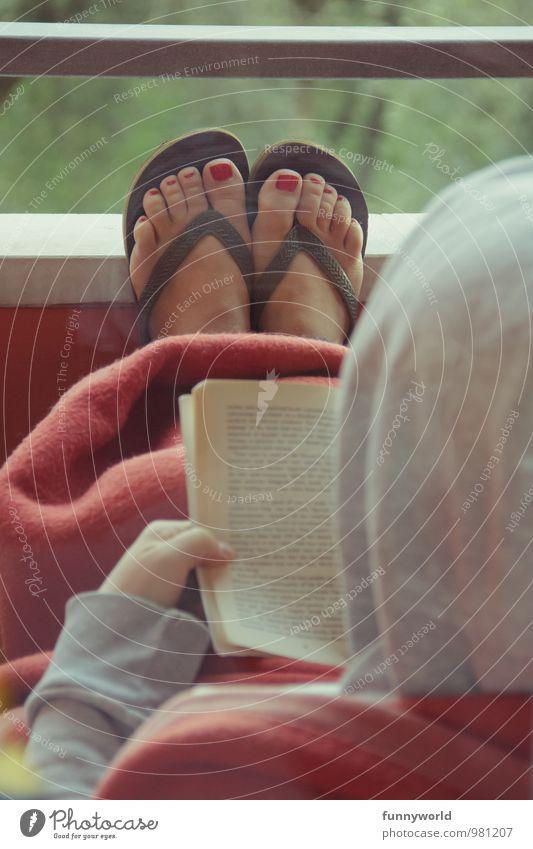 Lesen mit Füße Pediküre Nagellack Freizeit & Hobby lesen Frau Erwachsene Fuß 18-30 Jahre Jugendliche 30-45 Jahre Balkon anlehnen Erholung rot Farbfoto