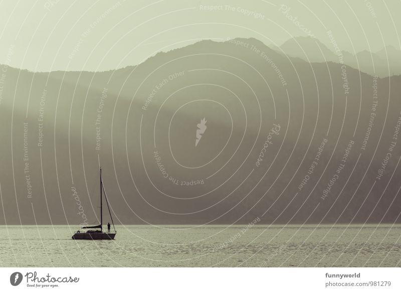 Einsam schippern Lifestyle Reichtum Freizeit & Hobby 1 Mensch Lebensfreude Abenteuer Zufriedenheit Erholung Idylle Wasserfahrzeug Segelschiff Einsamkeit