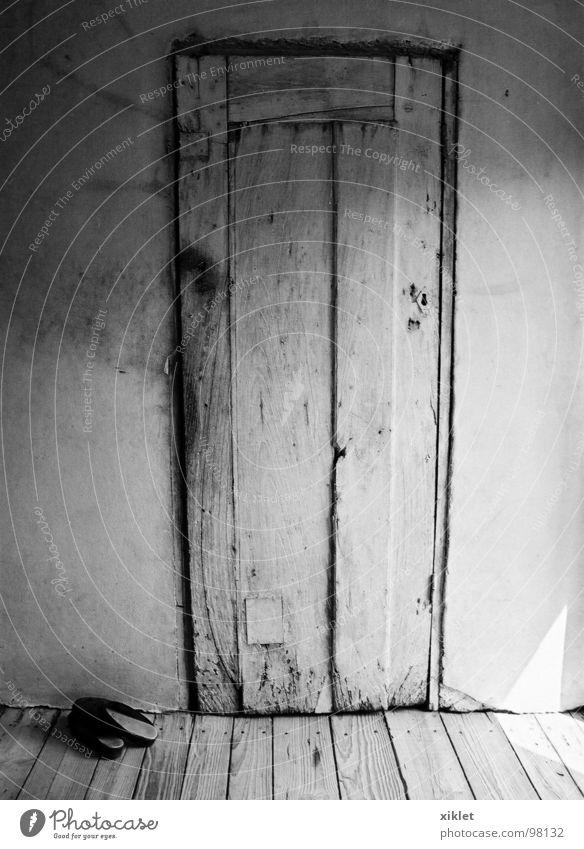 alte türe schwarz weiß Holz grau Schuhe Holzfußboden Wand historisch Tür Armut Sonne ländlich Raum Beton Schwarzweißfoto Menschenleer Holztür Licht & Schatten