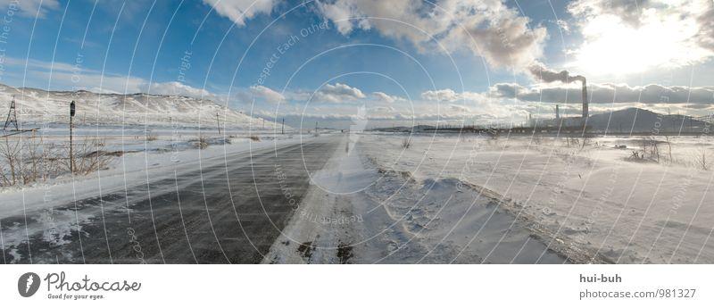 Schön, in Wirklichkeit aber unglaublich dreckig. Natur Landschaft kalt Fabrik Winter Winterurlaub Eis Frost Rutschgefahr Wege & Pfade Schneelandschaft Abgas