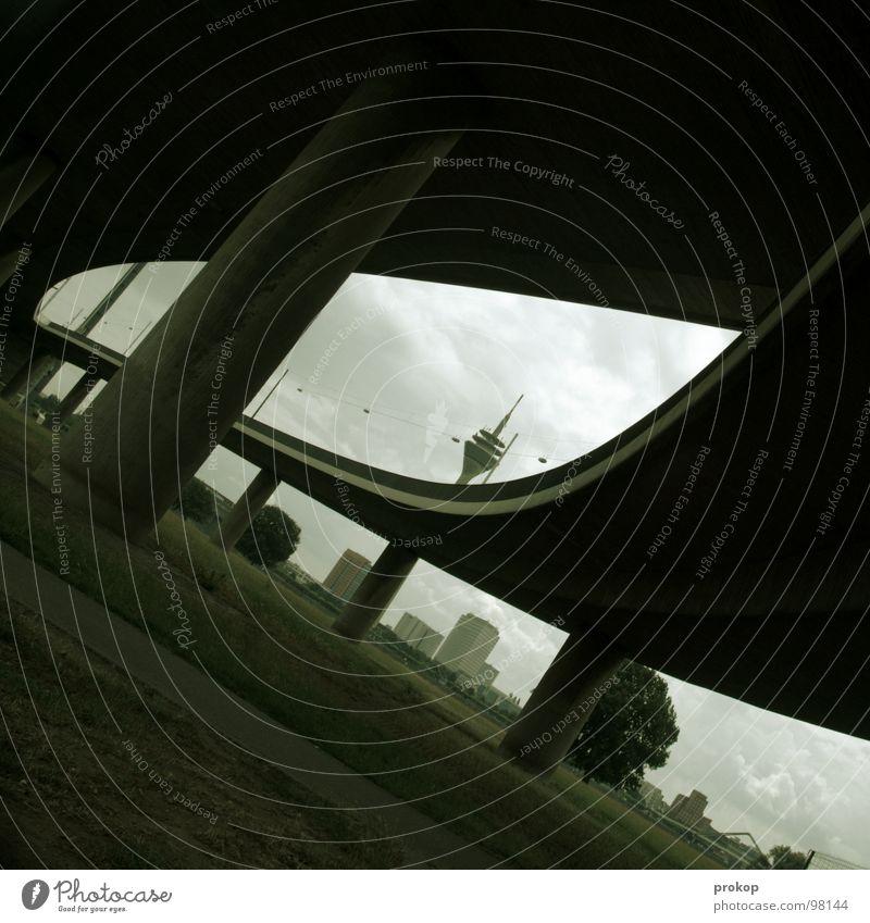 Dorn im Auge Antenne Stadt Wiese Wolken grau chaotisch Autobahn Säule durcheinander Hochhaus Feld Horizont Kran Beton massiv schwer wuchtig Stabilität