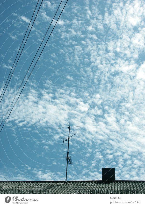 Strömung Himmel Sommer Wolken Linie Energiewirtschaft verrückt Technik & Technologie Elektrizität Schönes Wetter Dach Kabel diagonal Schornstein Leitung elektrisch himmelblau