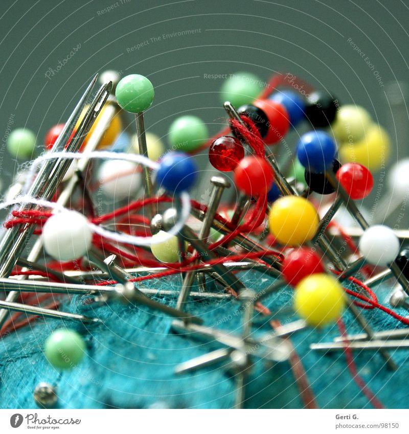 KuddelMuddel weiß grün blau rot gelb Arbeit & Erwerbstätigkeit verrückt mehrere Spitze Konzentration Handwerk viele durcheinander Nähgarn Nadel Nähen