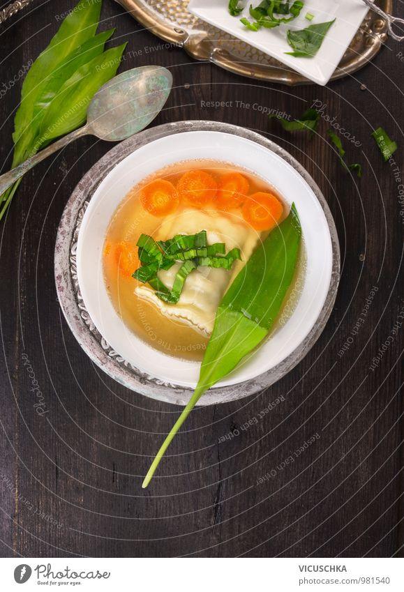 Suppe mit Maultasche, Karotten und Bärlauchblätter Blatt Gesunde Ernährung Frühling Stil Speise Lebensmittel Foodfotografie springen Design