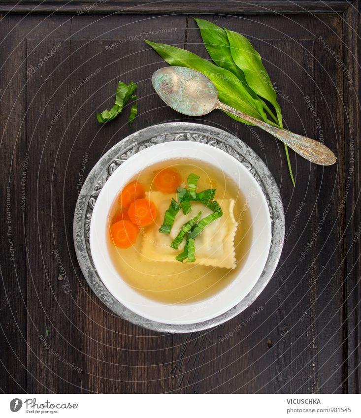 Klare Suppe mit Maultaschen, Karotten und Bärlauch Lebensmittel Gemüse Teigwaren Backwaren Eintopf Kräuter & Gewürze Ernährung Mittagessen Geschirr Teller