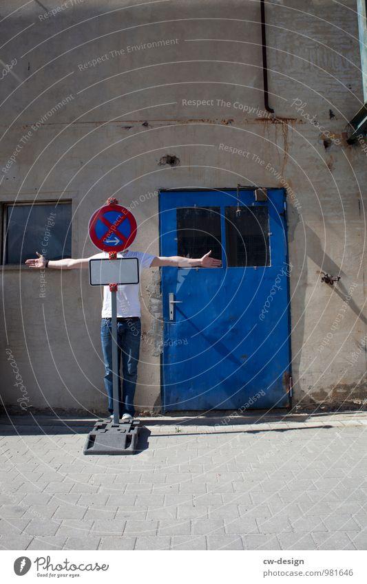 Haltverbot Mensch Jugendliche blau Haus Freude 18-30 Jahre Erwachsene Architektur Leben Lifestyle Wand lustig Stil Gebäude Mauer grau